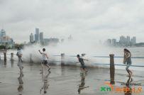 海浪拍打游客